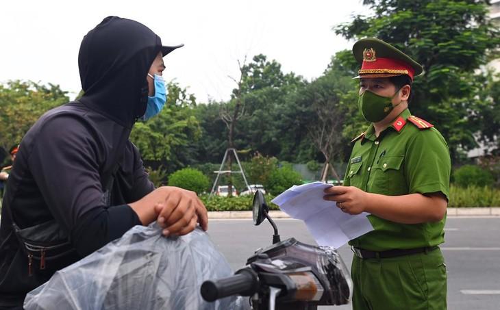 Hà Nội bỏ quy định người đi đường phải mang theo lịch làm việc, lịch trực