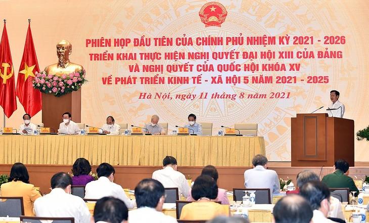 Phó Thủ tướng Chính phủ Lê Minh Khái trình bày Báo cáo về các nhiệm vụ, giải pháp trọng tâm của Chính phủ nhiệm kỳ 2021-2026 triển khai thực hiện Nghị quyết Đại hội XIII của Đảng và Nghị quyết Quốc hội về kế hoạch phát triển kinh tế - xã hội 5 năm 2021-2025. Ảnh: VGP