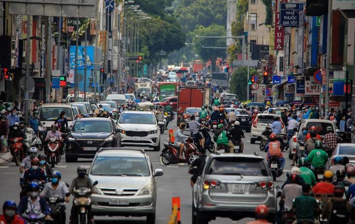 Ngày 21/8, xe cộ qua lại trên nhiều tuyến đường trung tâm tại TP.HCM khá đông đúc. Trong ảnh là đường Hai Bà Trưng, Quận 1, lúc 12h.