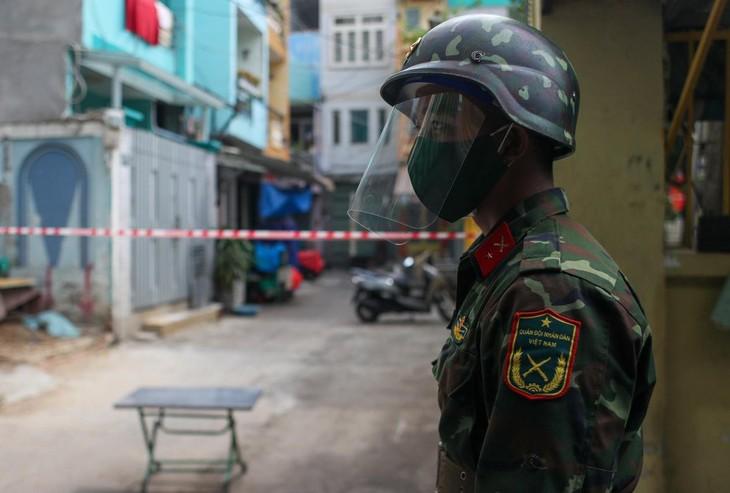 Trong đợt siết chặt giãn cách xã hội ở TP.HCM, quân đội không chỉ chốt chặn ở các tuyến đường lớn mà còn đóng vai trò quan trọng trong việc kiểm soát từng con hẻm