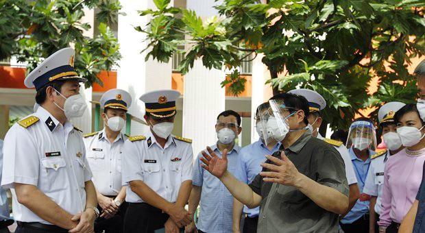 Thủ tướng Phạm Minh Chính kiểm tra về công tác theo dõi, điều trị tại khu cách ly F1 của công nhân viên chức Tân cảng Sài Gòn tại trường mầm non Sơn Ca, thành phố Thủ Đức. Ảnh: TTXVN