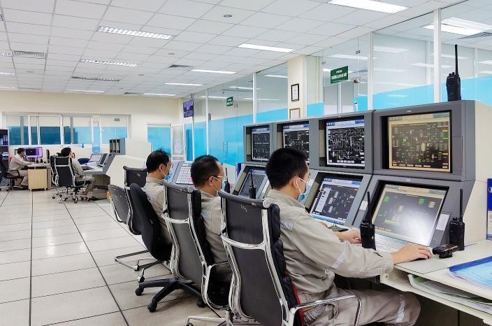 CBCNV làm việc tại Phòng điều khiển Trung tâm Nhà máy Đạm Phú Mỹ