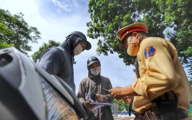 Công an Hà Nội phân công Phòng Cảnh sát giao thông cùng công an các xã phường, thị trấn xét, duyệt, cấp giấy đi đường. Ảnh: CAND