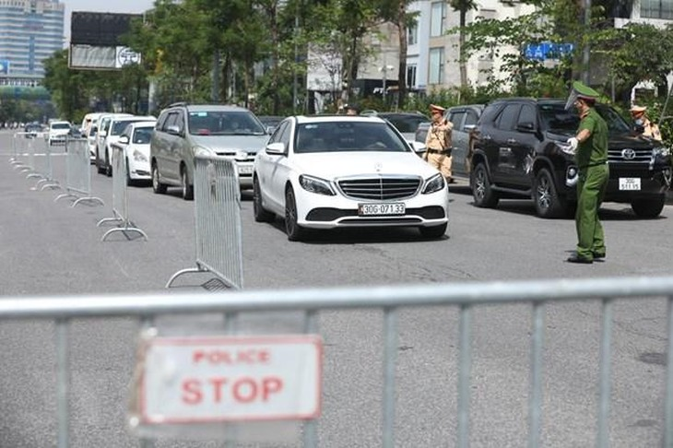 Lực lượng chức năng lập hành rào phân luồng phương tiện, kiểm soát chặt người và phương tiện khi ra đường. Ảnh: TTXVN