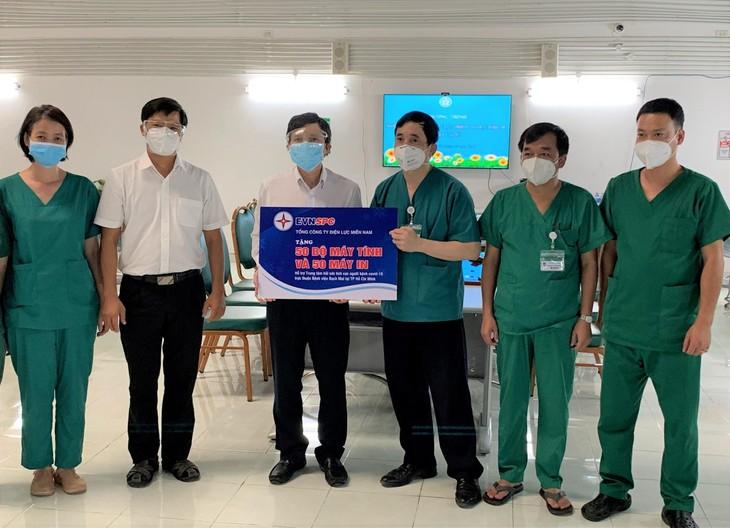 Ông Lê Xuân Thái – Chủ tịch Công đoàn EVNSPC (thứ ba từ trái sang) trao tặng 50 bộ máy tính và 50 máy in cho Bệnh viện Bạch Mai tại TP. Hồ Chí Minh