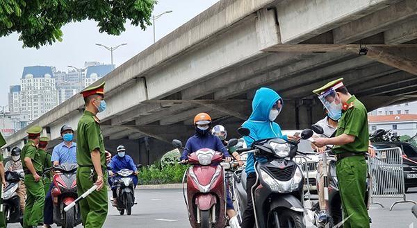 Các lực lượng chức năng kiểm tra giấy đi đường của người dân