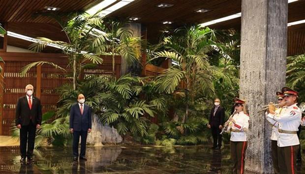 Chủ tịch nước Nguyễn Xuân Phúc và Bí thư thứ nhất Ban Chấp hành Trung ương Đảng Cộng sản Cuba, Chủ tịch nước Cộng hòa Cuba Miguel Díaz-Canel tại Lễ đón. Ảnh: TTXVN