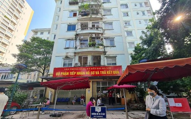 Sáng 21/9, tại Văn phòng đăng ký đất đai Hà Nội trên đường Hoàng Minh Giám (quận Thanh Xuân) rất đông người dân đến nộp hồ sơ, làm thủ tục liên quan đến nhà đất.
