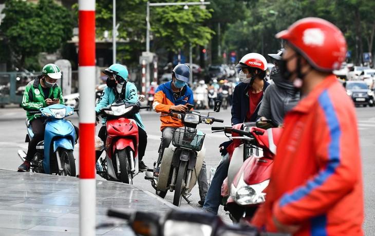 Tại các chân tòa nhà văn phòng ở Hà Nội, những ngày qua shipper liên tục giao hàng. Trong ảnh là ngã tư Láng Hạ - Thái Hà thời điểm 11h30, gần giờ ăn trưa ngày 23/9.