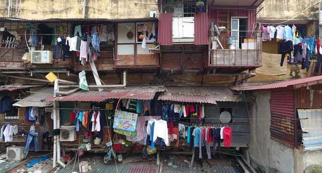 """Nhiều khu chung cư nằm giữa nội đô đã được ví như """"khu ổ chuột"""" vì điều kiện sinh hoạt quá tồn tàn, thiếu thốn"""