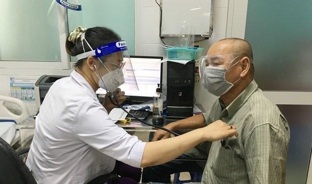 Bác sỹ Bệnh viện Quận 7 khám bệnh cho người dân. Ảnh: TTXVN