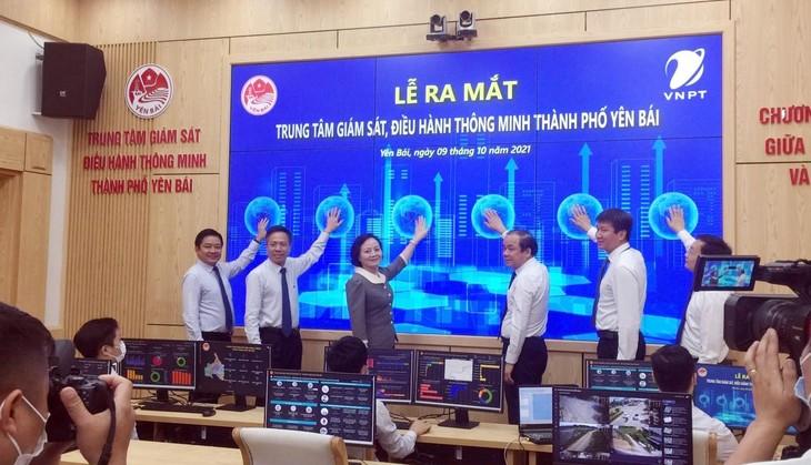 Bộ trưởng Bộ Nội vụ Phạm Thị Thanh Trà cùng lãnh đạo Tập đoàn VNPT, lãnh đạo tỉnh, thành phố Yên Bái thực hiện nghi thức khởi động hệ thống IOC