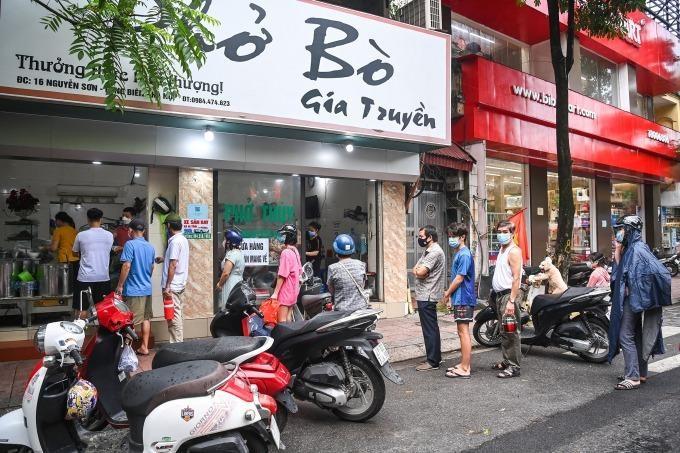 Hà Nội cho phép bán hàng ăn uống tại chỗ từ 6h ngày 14/10. Ảnh: Giang Huy