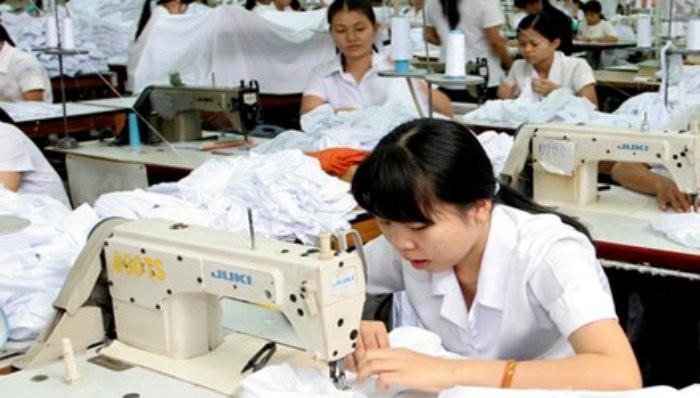 Tăng mức đóng bảo hiểm xã hội làm tăng gánh nặng cho cả doanh nghiệp và người lao động. Ảnh: Ngọc Châu