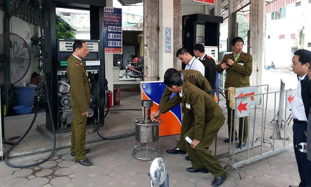 """Đoàn liên ngành phát hiện 2/3 cửa hàng của Công ty cổ phần xăng dầu chất đốt Hà Nội có gắn chip để """"móc túi"""" khách hàng. (ảnh: Tiến Nguyên)"""
