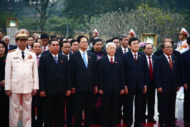 Các vị lãnh đạo Đảng và Nhà nước vào lăng viếng Bác và dâng hoa đài liệt sĩ trước khi vào họp phiên trù bị Đại hội Đảng lần thứ XII - Ảnh: Viễn Sự