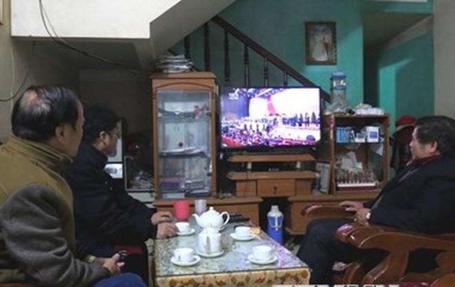 Người dân xem truyền hình trực tiếp Lễ bế mạc Đại hội đại biểu toàn quốc lần thứ XII Đảng Cộng sản Việt Nam. (Ảnh: Quang Đán/TTXVN)
