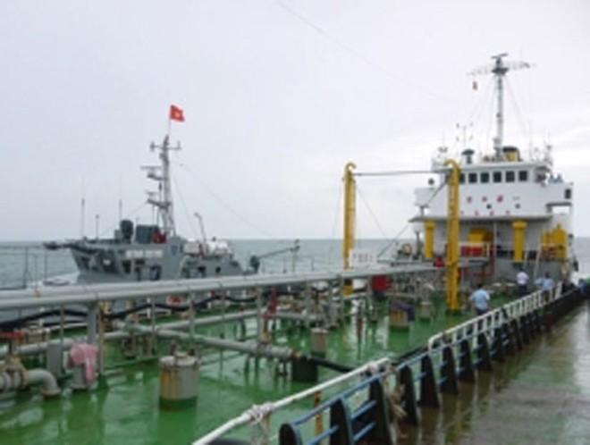 Một vụ vận chuyển trái phép xăng dầu trên biển do Cục Điều tra chống buôn lậu (Tổng cục Hải quan) bắt giữ.