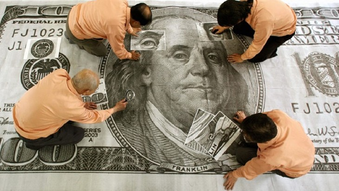 Ngân hàng HSBC nhận định tiền mặt là vua ở thời điểm hiện tại - Ảnh: AFP