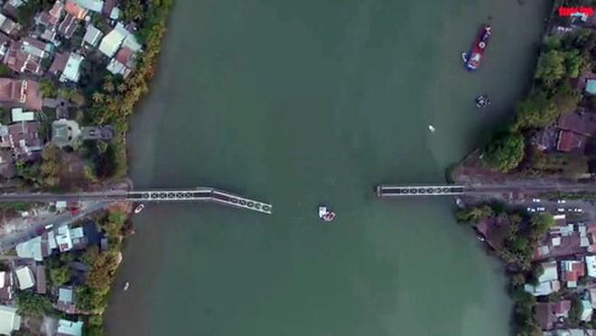 Cầu Ghềnh sau khi sập nhìn từ trên cao - Ảnh: cát từ flycam