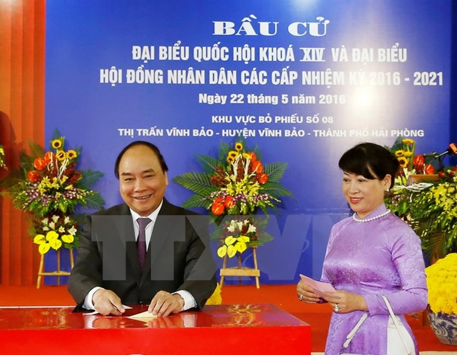 Thủ tướng Nguyễn Xuân Phúc đi bỏ phiếu bầu Quốc hội