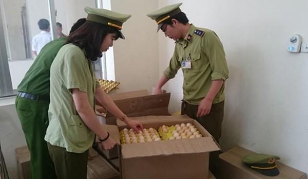 Lực lượng chức năng kiểm tra lô hàng nhập lậu. Ảnh: Lam Sơn.