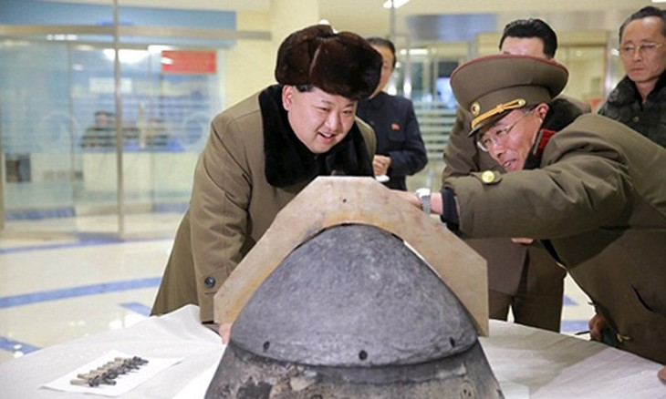 Ông Kim Jong-un xem xét một đầu đạn tên lửa của Triều Tiên. Ảnh: Reuters