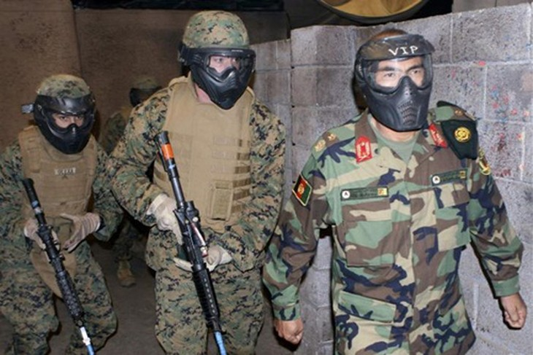 Binh sĩ Afghanistan tập luyện trong chuyến thăm căn cứ quân sự ở bang California, Mỹ năm 2010. Ảnh: Reuters