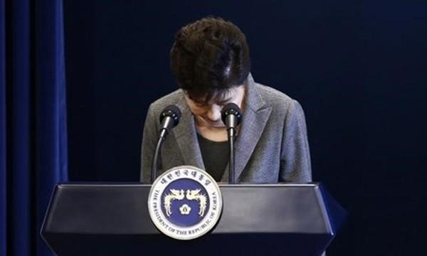 Tổng thống Hàn Quốc Park Geun-hye cúi đầu xin lỗi trong bài phát biểu ngày 29/11. Ảnh:Reuters.