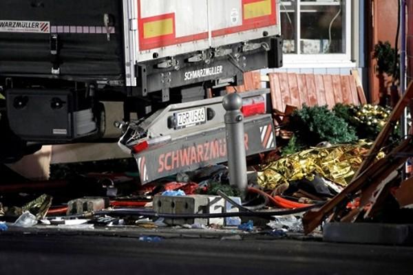 Hiện trường xe tải lao vào chợ Giáng sinh ở Berlin. Ảnh:Reuters