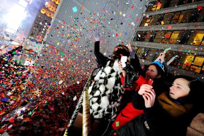 Biển người vỡ òa trên Quảng trường Thời đại Mỹ khoảnh khắc năm mới