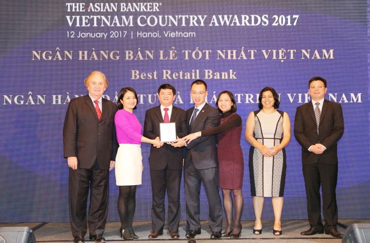 Phó Tổng Giám đốc BIDV Lê Trung Thành đại diện BIDV nhận giải thưởng Ngân hàng Bán lẻ tốt nhất Việt Nam lần thứ 3 do The Asian Banker bình chọn