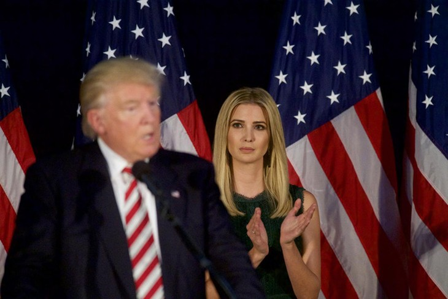Ivanka Trump đứng trên sân khấu khi Tổng thống Donald Trump phát biểu (Ảnh: Getty)