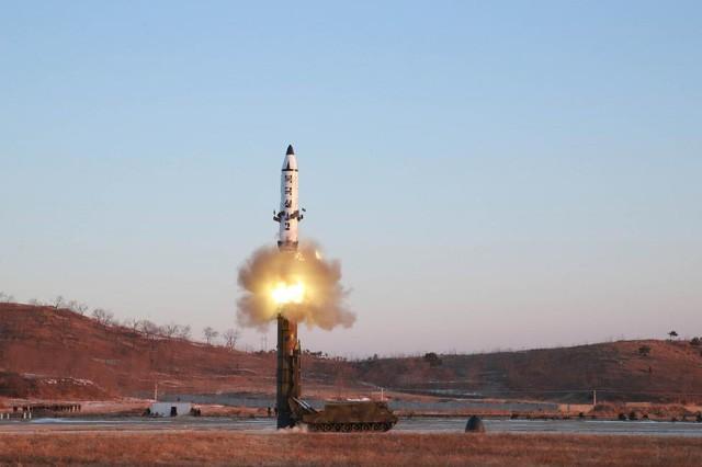 Truyền thông Triều Tiên ngày 13/2 đã công bố ảnh vụ thử nghiệm tên lửa Pukguksong-2, một loại tên lửa đạn đạo có khả năng mang đầu đạn hạt nhân. (Ảnh: KCNA/Reuters)
