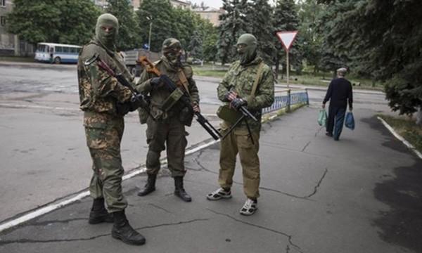 Phe ly khai ở thị trấn Snizhnye, miền đông Ukraine, tháng 6/2014. Ảnh:Reuters.