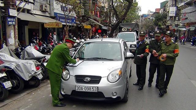 Lực lượng công an quận Hoàn Kiếm ra quân xử lý lấn chiếm vỉa hè, lòng đường