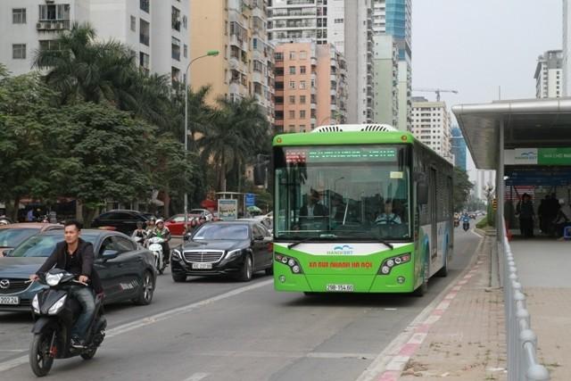 Từ thử nghiệm buýt BRT, Hà Nội sẽ định hình được làn đường ưu tiên công vụ - công cộng. (Ảnh Khiếu Minh)