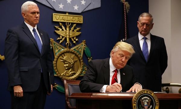 Tổng thống Donald Trump ký sắc lệnh cấm nhập cảnh lần đầu ngày 27/1. Ảnh:Reuters.
