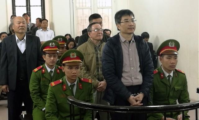 Giang Kim Đạt trước vành móng ngựa cùng bố là Giang Văn Hiển (bị cáo mặc áo vét, sơ mi trắng) kháng cáo lên TAND Cấp cao.