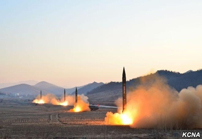 Triều Tiên công bố hình ảnh 4 tên lửa đạn đạo đồng loạt rời bệ phóng
