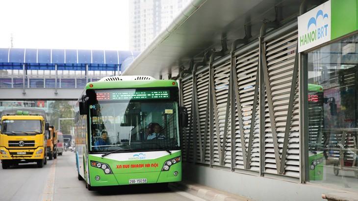 Giá xe buýt BRT do nhà thầu Trường Hải cung cấp là 4,91 tỷ đồng/xe, chưa bao gồm chi phí vận hành, đào tạo lái xe và VAT. Ảnh: Lê Tiên