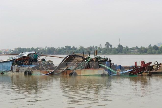 Hiện trường một vụ hút cát trái phép trên sông Đồng Nai. Ảnh minh họa. (Nguồn: TTXVN)
