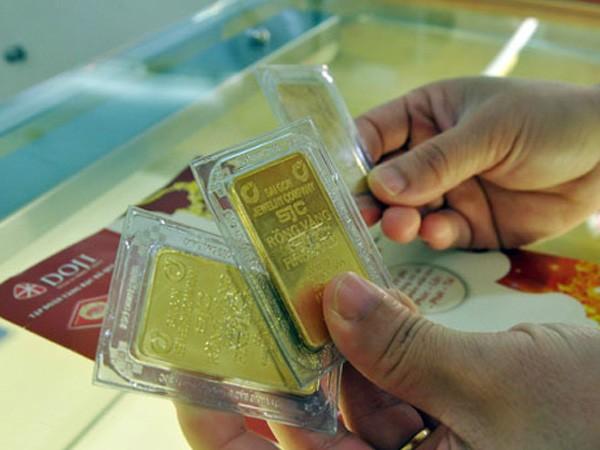 Nhà đầu tư thận trọng với vàng khi giá liên tục sụt giảm. Ảnh:PV