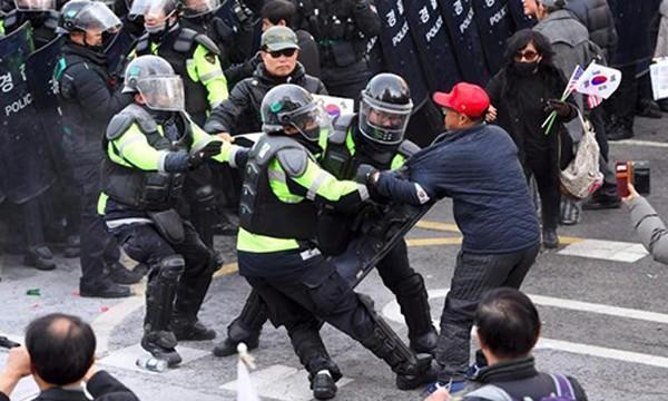 Cảnh sát Hàn Quốc được huy động để ngăn xung đột trong biểu tình. Ảnh:AFP
