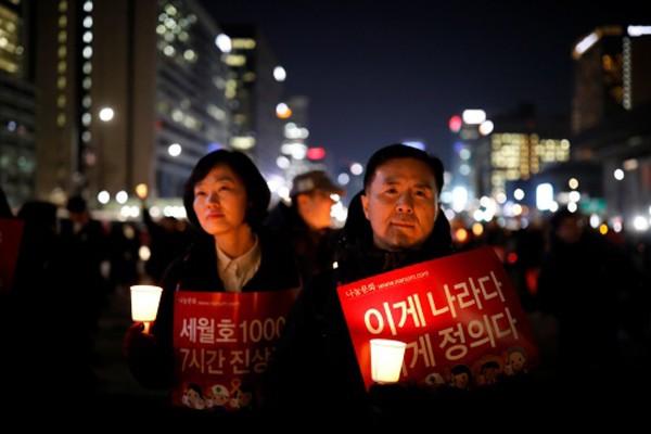 Người biểu tình hôm qua tụ tậpở thủ đô Seoul, kêu gọi bắt bà Park. Ảnh:Reuters
