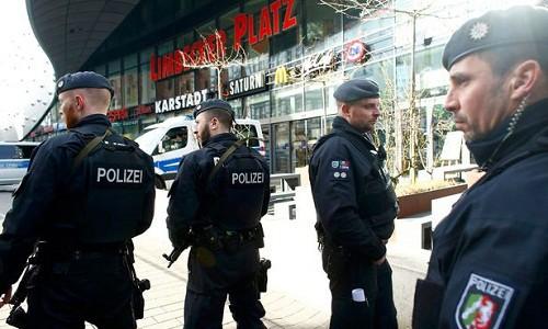 Cảnh sát Đức phong tỏa trung tâm mua sắm Essen. Ảnh:Reuters