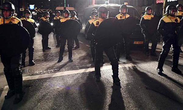 Hà Lan đưa cảnh sát chống bạo động đến trấn áp người biểu tìnhkhi bộ trưởng Thổ Nhĩ Kỳ bị yêu cầu rời đi. Ảnh:Hurriyet