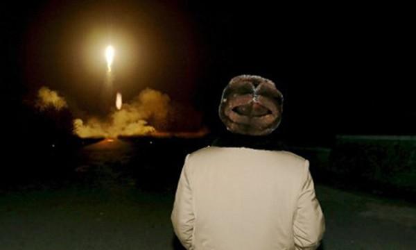Nhà lãnh đạo Triều Tiên Kim Jong-un theo dõi vụ thử tên lửa có thể mang đầu đạn hạt nhân. Ảnh:KCNA