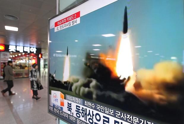 Truyền thông Hàn Quốc đưa tin về một vụ phóng thử tên lửa của Triều Tiên năm 2016 (Ảnh: Inquirer)