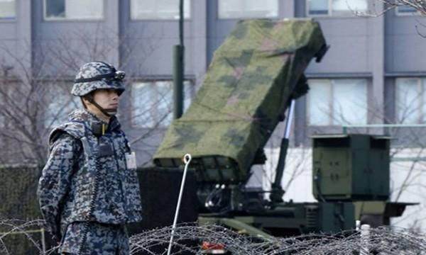 Binh sĩ Nhật đứng cạnh khẩu đội tên lửaPAC-3 Patriot tại Bộ Quốc phòng ởTokyo. Ảnh:AP